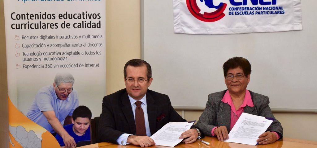 Lic. Ma. De Jesús Zamarripa de la CNEP y Miguel Ángel Temprano, CEO de Educaline, con el convenio en sus manos.